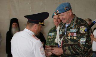 Десантники Каменска-Уральского поздравили работников ГИБДД и вручили медали