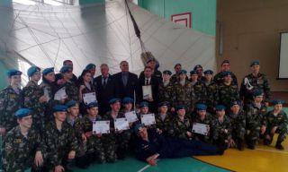 Кадеты Каменска-Уральского получили знаки за первый прыжок с самолета (фото)